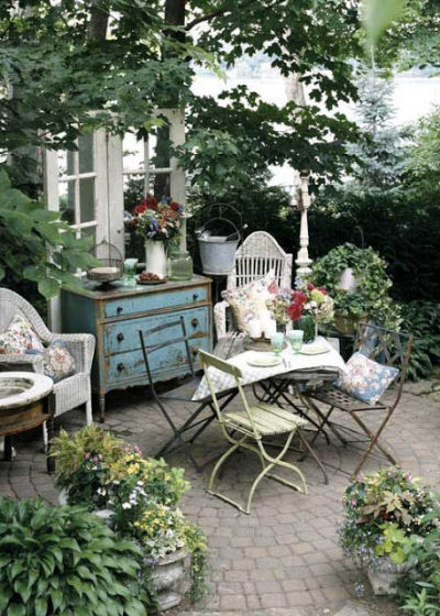 Shabby chic Cozy Courtyard