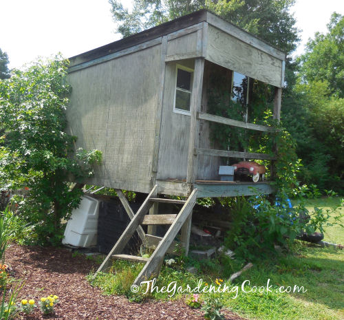 this playhouse is an eyesore