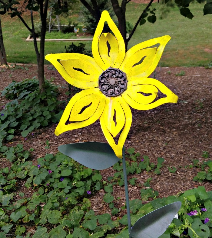 Huge yellow yard art daisy