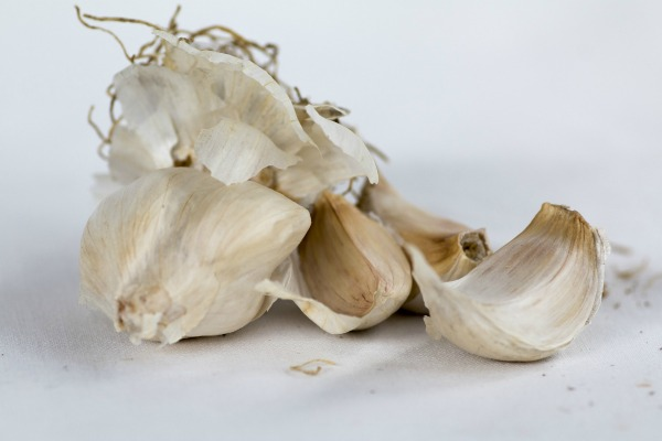Garlic cloves are great at repelling ants.