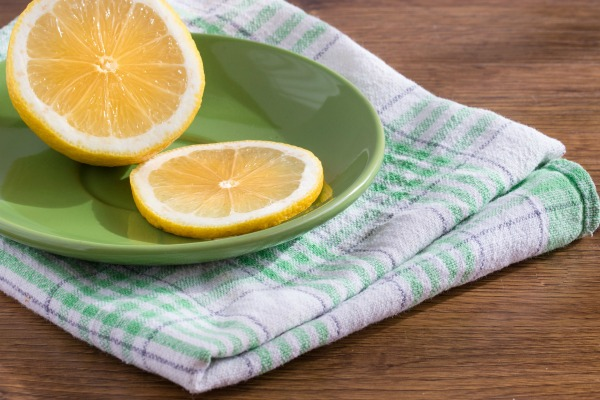 Lemon slices and lemon juice are effective ways to repel ants