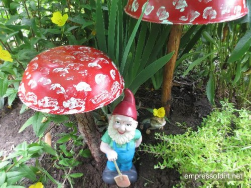 Mushroom DIY garden art project from Empress of Dirt.