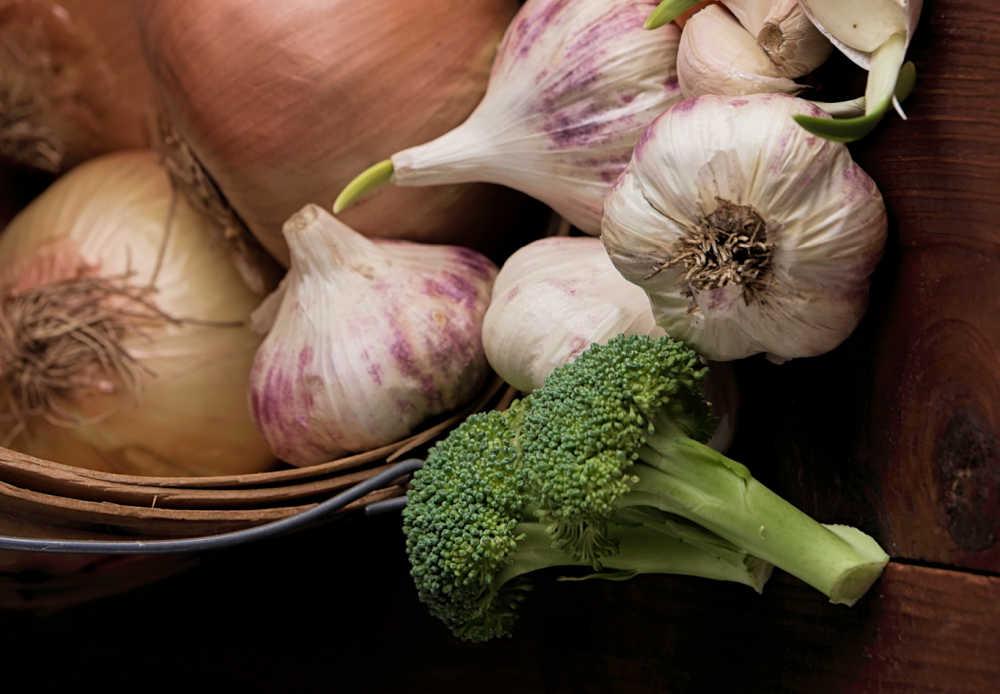 cabeza de brócoli con cebolla y ajo.