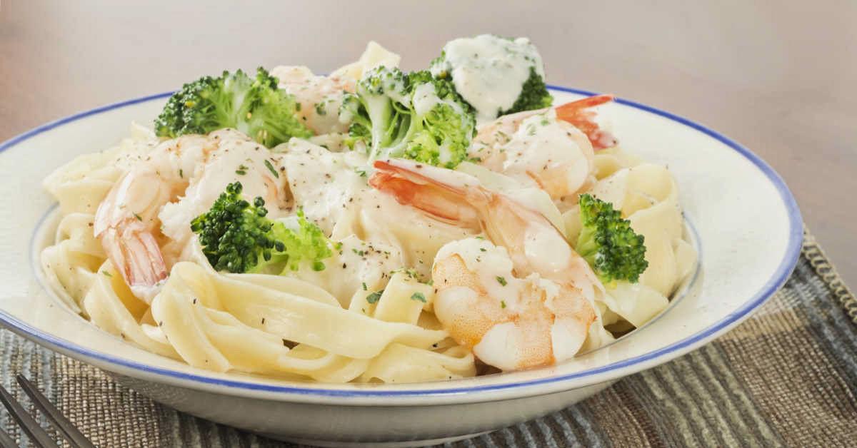 Pasta con camarones y brócoli.