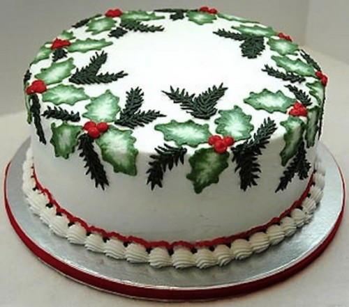 Holly Christmas Cake. So pretty!