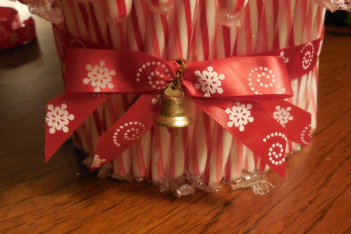 finished bow for candy cane vase