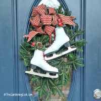 This festive ice skate swag looks perfect on a front door with an oval glass panel. The skates add a whimsical touch to the burlap bow and gives the whole project a country look. thegardeningcook.com