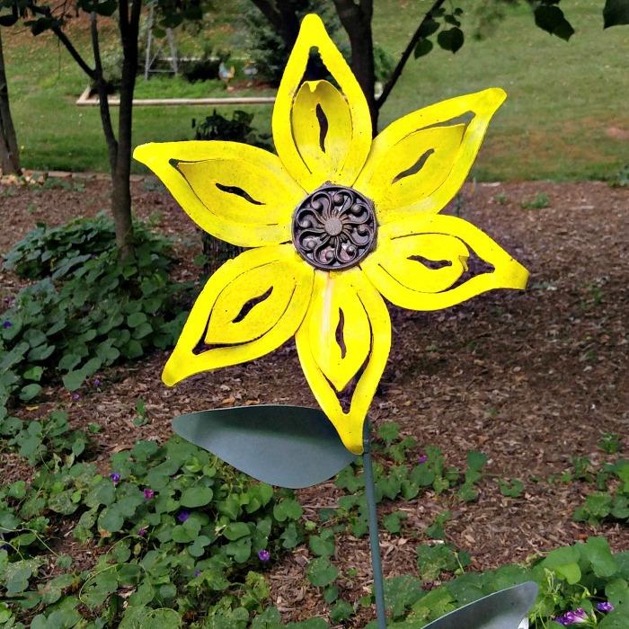 Metal yard art daisy
