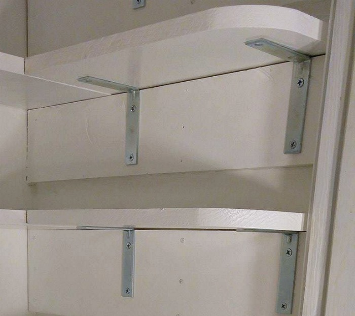 L shaped braces and screws hold the side shelves