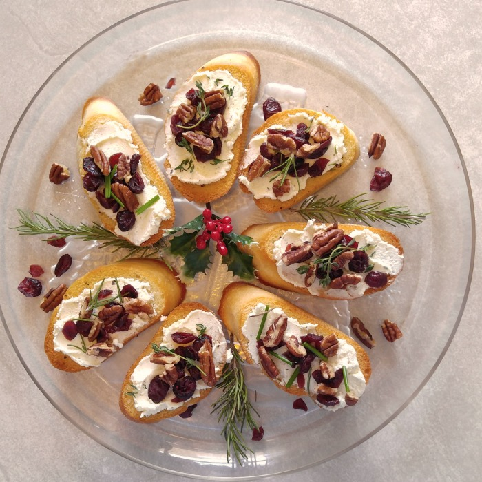 These cranberry pecan crostini appetizers make the perfect party appetizers
