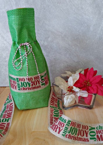 This pretty burlap wine bottle bag is the prefect way to wrap a wine bottle