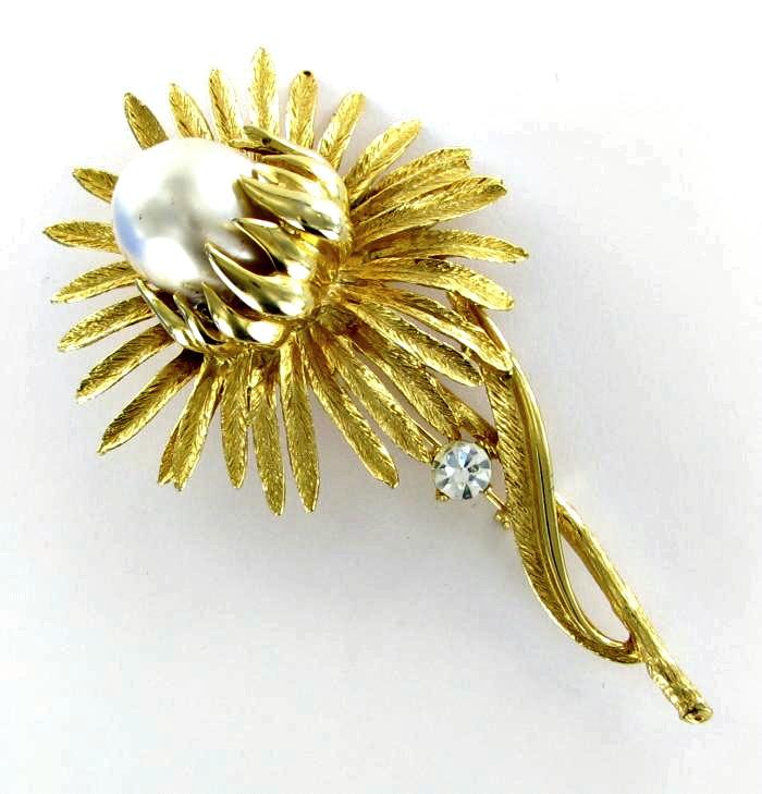 Big pearl flower brooch