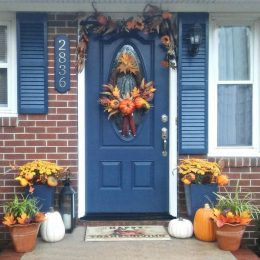 This fall entryway makeover brings in the rustic colors of autumn to my front doorway. #LowesFallDecor #IC #ad