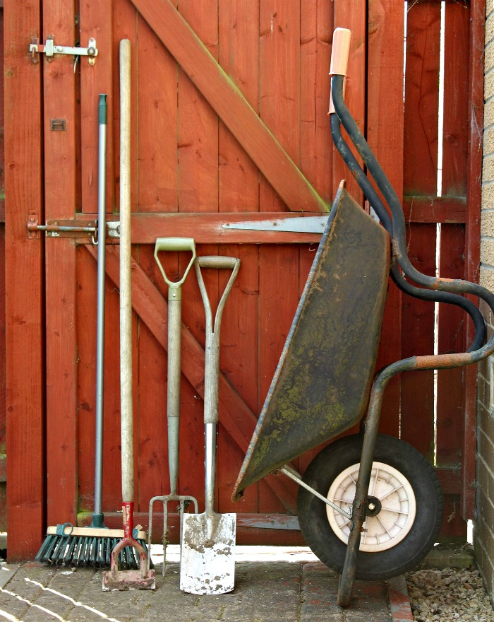 Fall gardening checklist tips and tasks for fall garden for Garden maintenance tools