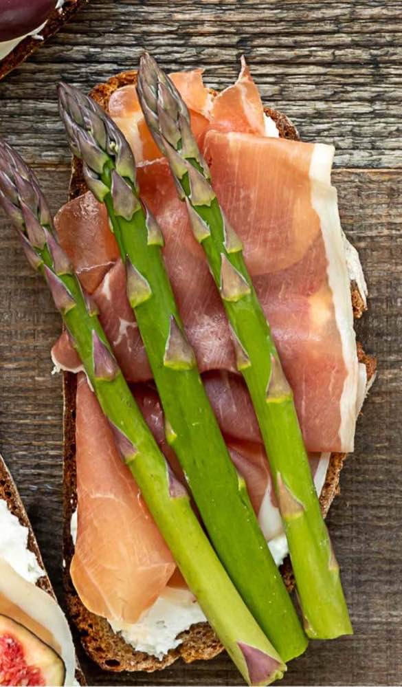 Crostini appetizer with prosciutto and asparagus,